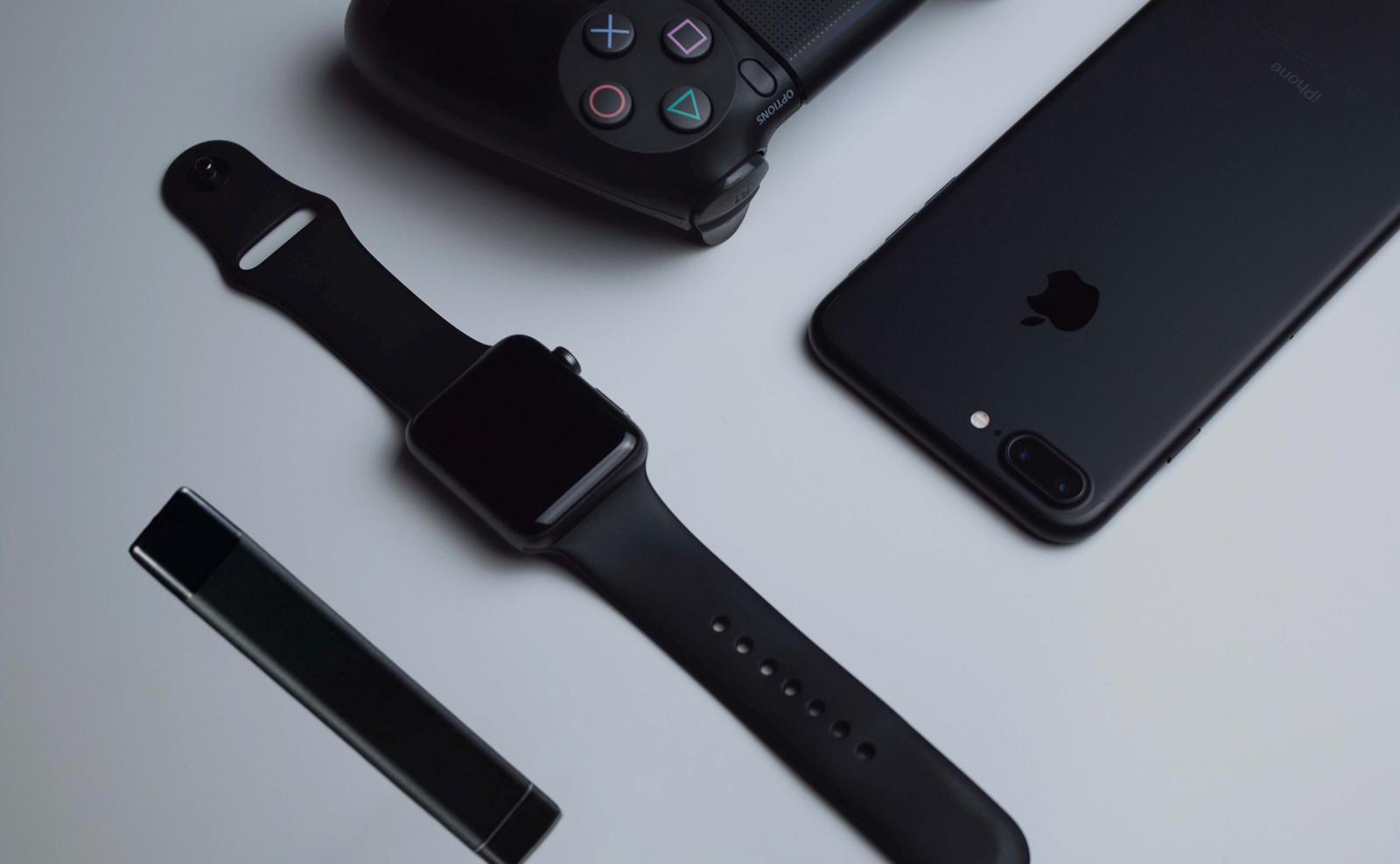 4 gadgeturi cool pe birou: smartphone, tigara electronica, smartwatch si joystick