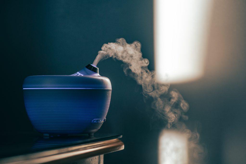 Un difuzor de aromaterapie pe masă