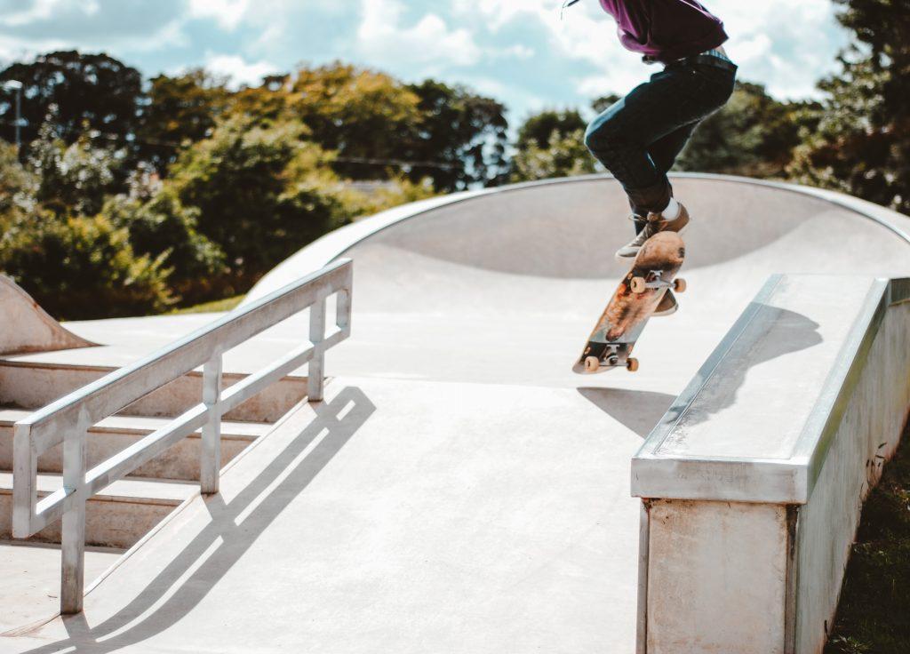 Băiat făcând trucuri de skateboarding