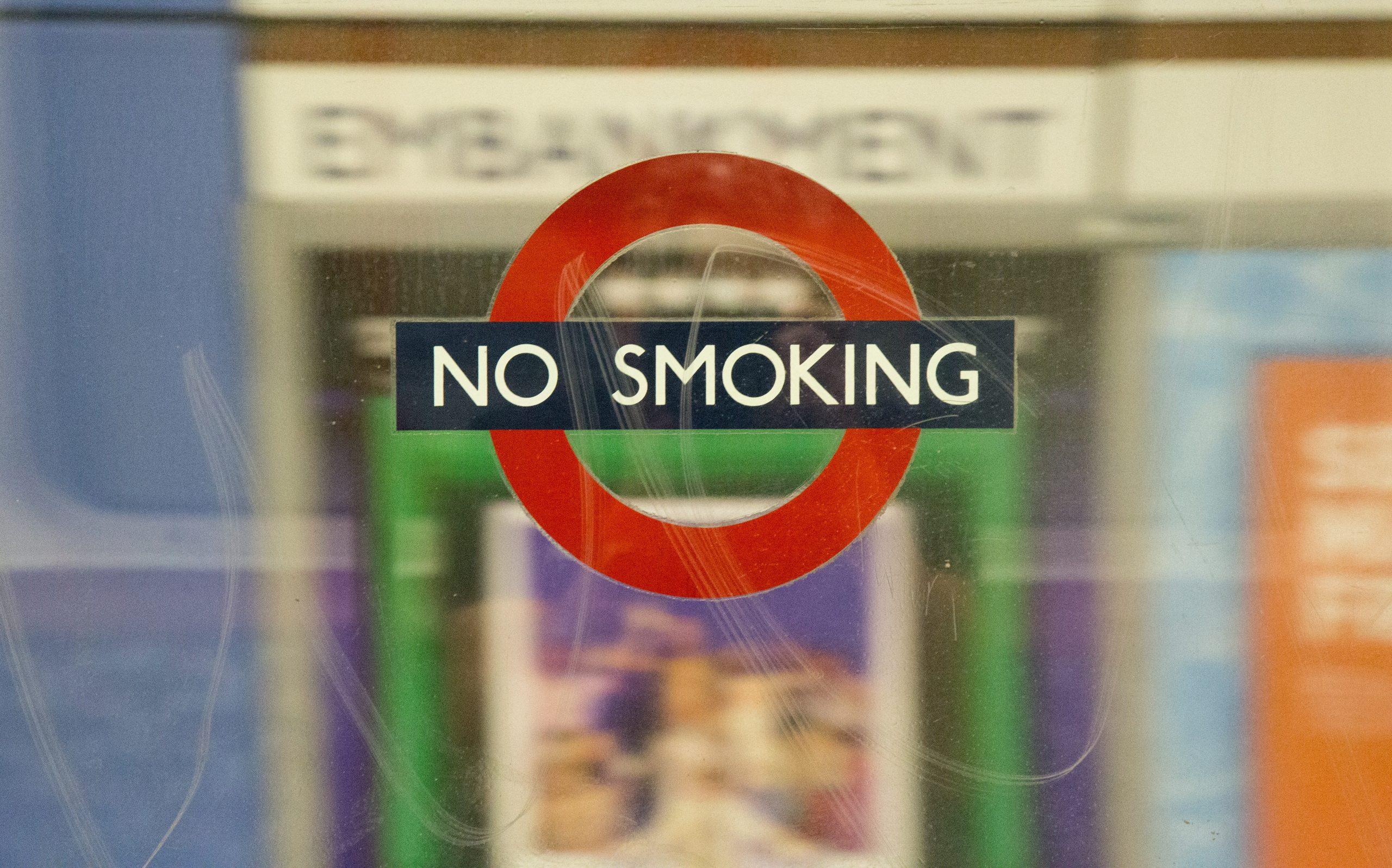 Mesajul no smoking afisat pe geamt pe